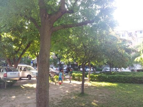 Copiii jucand fotbal la bloc